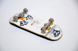 Minilogo s odíratelnou grafikou, skateboardovým tvarem a 32 mm šířce! Finga Fingerboards